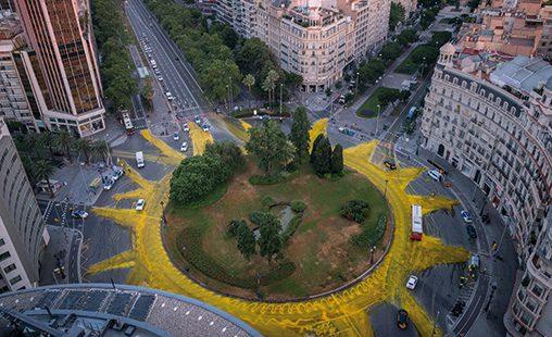 Sol gigante en Barcelona pintado por activistas de Greenpeace