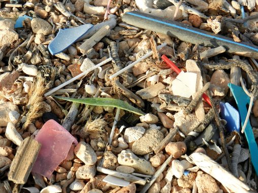 Plásticos en la arena de la playa