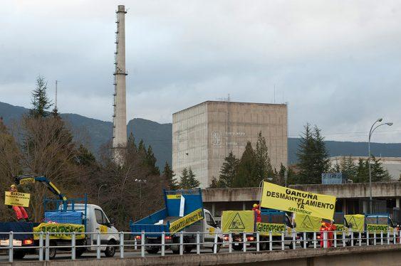 protesta de greenpeace a las puertas de la central de Garoña