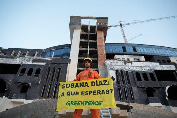 Un grupo de activistas de la organizacion ha vuelto a pintar 'Hotel ilegal'