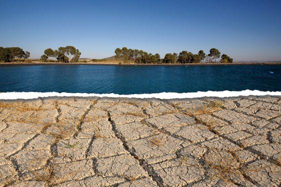montaje con un paisaje con agua y otro seco