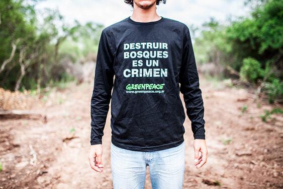 Activista de Greenpeace protesta contra el desmonte de bosques en la granja Cuchuy, ubicada al norte de Salta, a 70 kilómetros de la ciudad de Tartagal