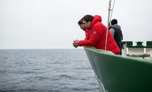Los hermanos Javier y Carlos Bardem a bordo del Artic Sunrise