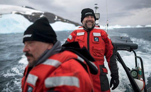 Los hermanos Javier y Carlos Bardem con Greenpeace en la Antártida
