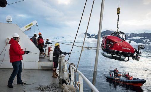 El actor y embajador antártico Javier Bardem trabajando a bordo del Arctic Sunrise, costa de la isla de Brabant, en el archipiélago de Palmer, en la Antártida.