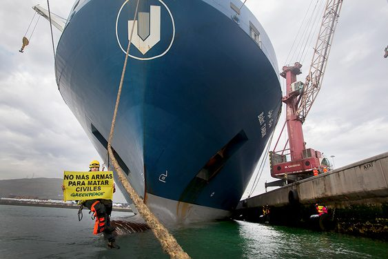 Más de 20 activistas de Greenpeace de cinco países diferentes han parado durante horas en el Puerto de Bilbao, un barco  con destino a los países de la coalición liderada por Arabia Saudita que participan en la guerra en Yemen.