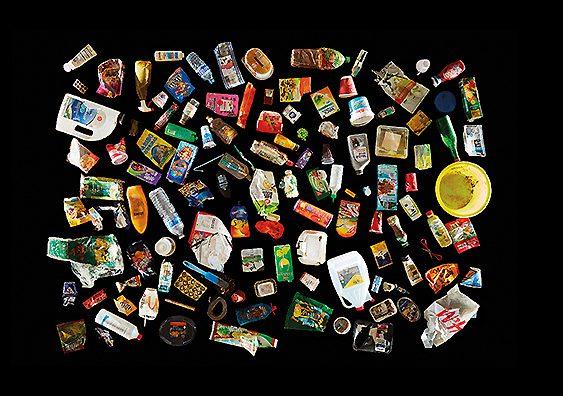 Envases de plásticos recogidos del mar