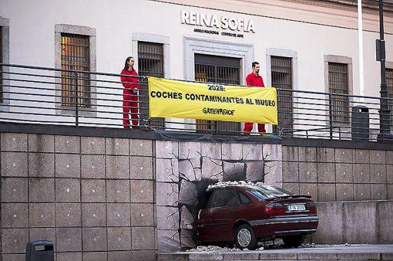 """Greenpeace """"lanza"""" un coche al museo porque en diez años los vehículos de diésel y gasolina deberían ser historia."""