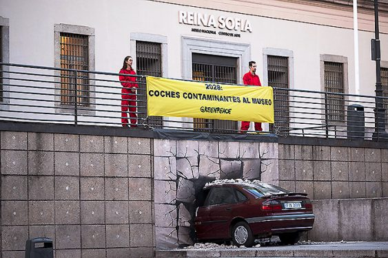 "Activistas de Greenpeace ""enviaron"" simbólicamente un coche contaminante al Museo."
