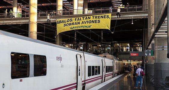 Greenpeace denunció el pasado mes de agosto la supresión de trenes, pidiendo una apuesta decidida por el ferrocarril frente al avión